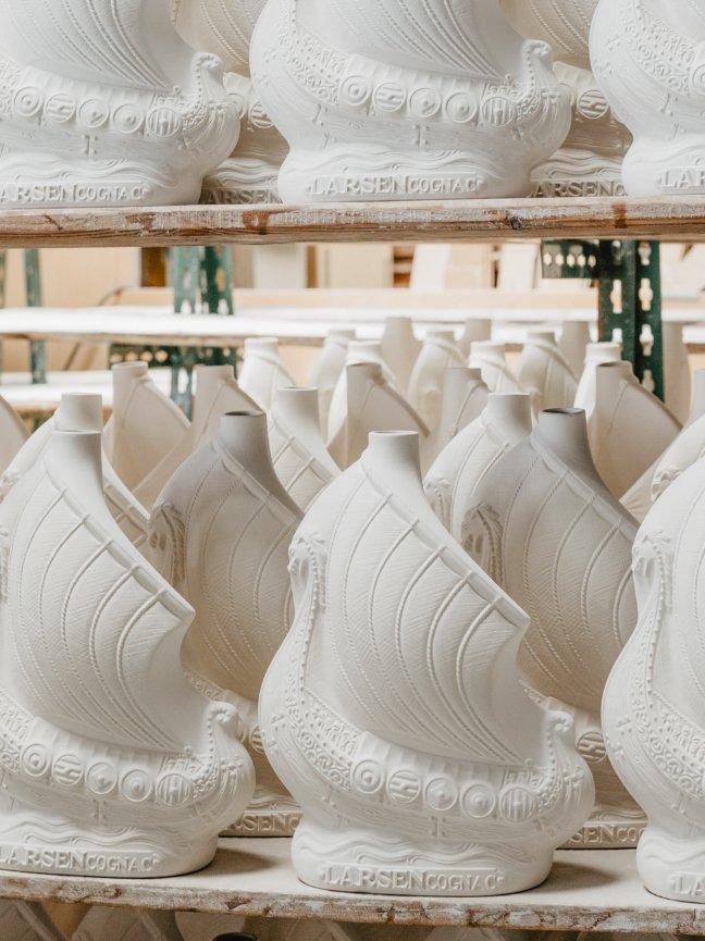 Cognac Larsen | Modèles de flacons drakkars en porcelaine | Artoria Limoges